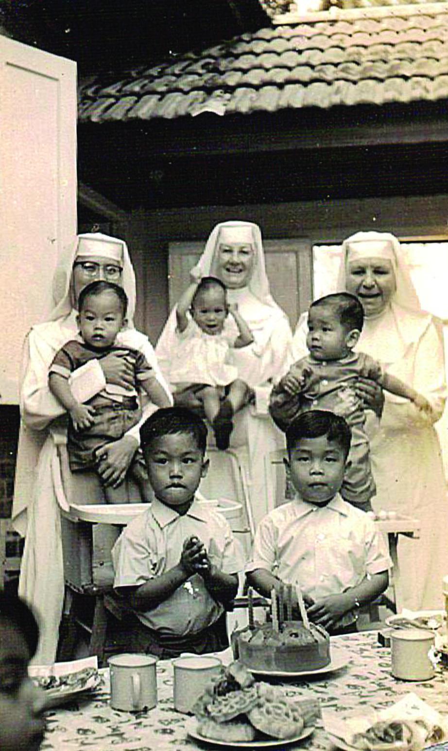 在  善牧福利中心抚育黄健在孩子的修女。(照片由黄健在提供)