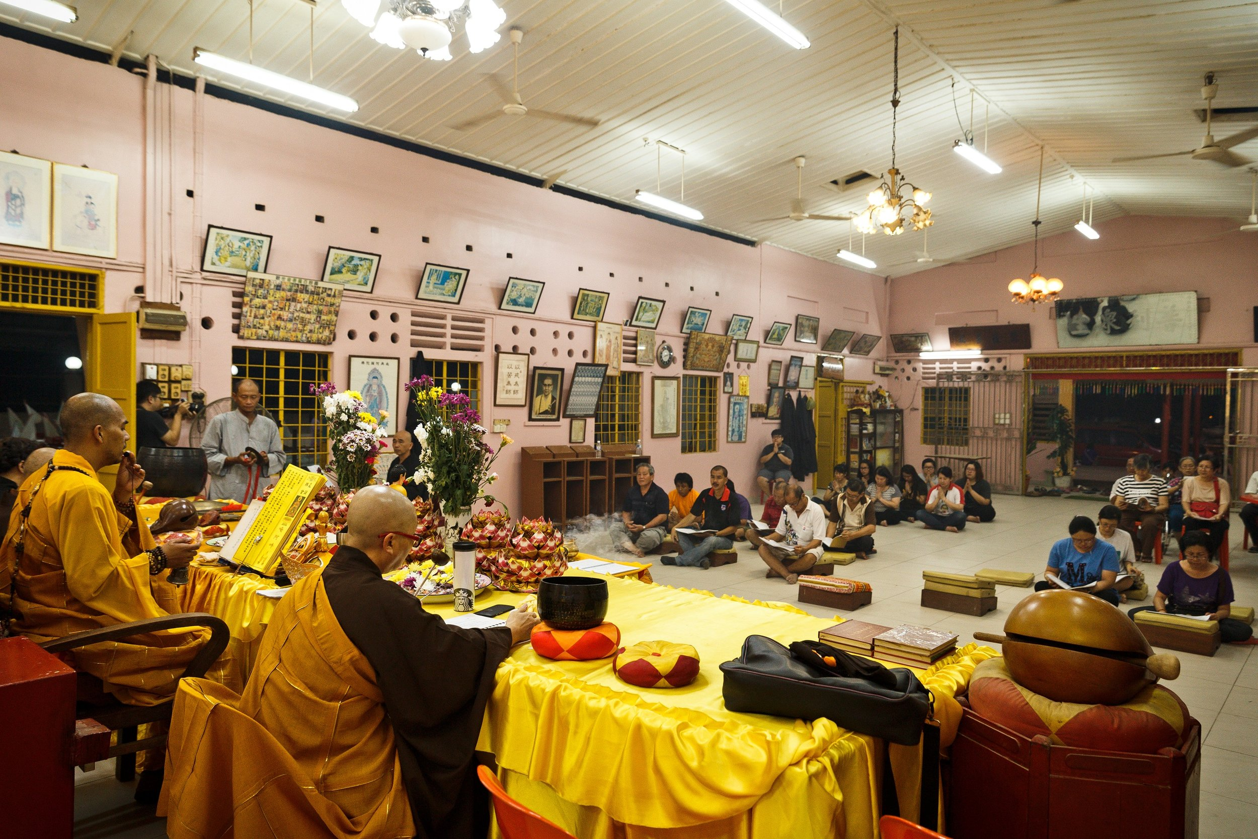 Chanting ceremony at the Buddhist Temple. (photo by Mango Loke)