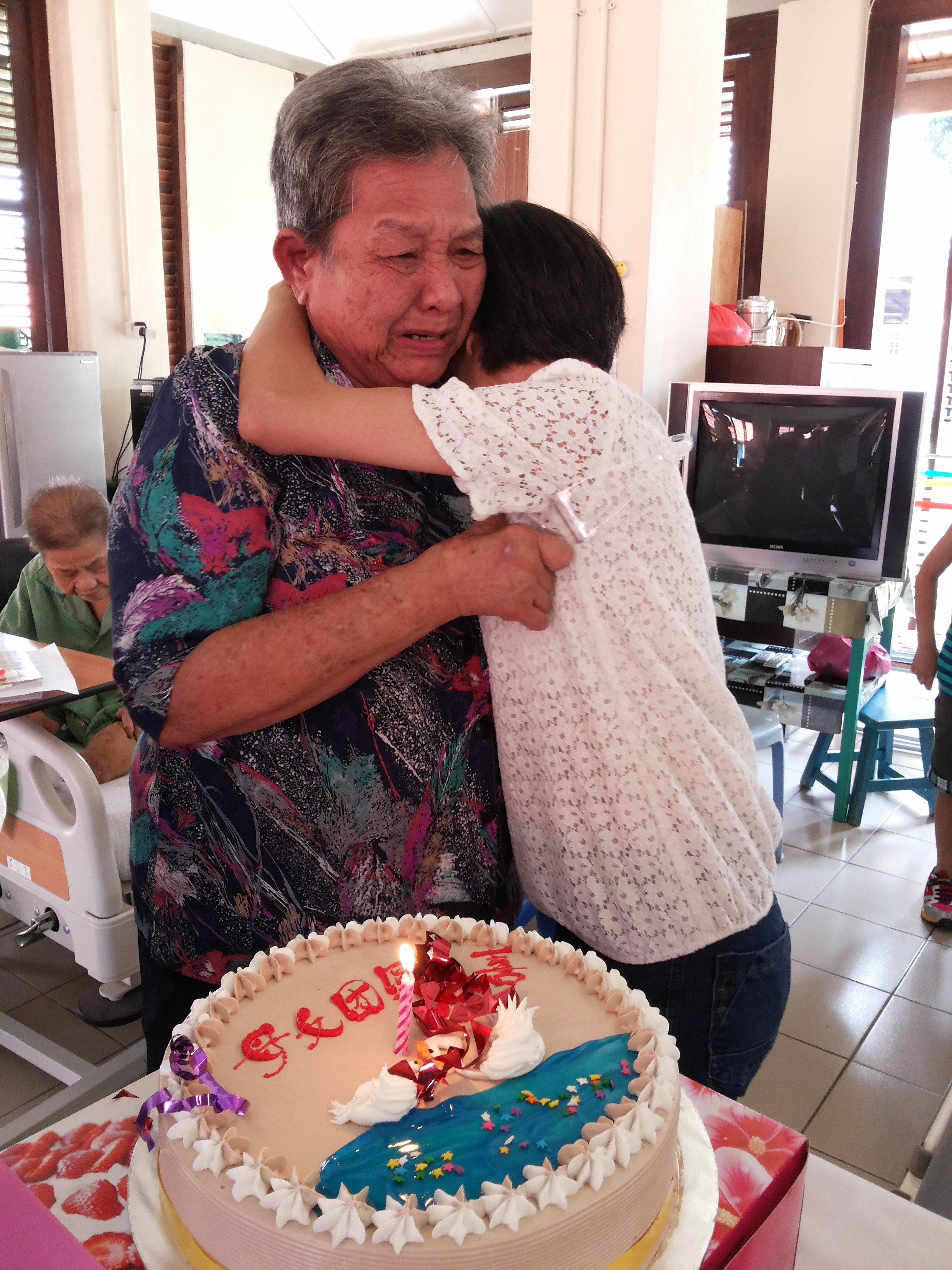 一名母亲与失散多年的女儿重逢的感人时刻。(  何叶盛 摄  )