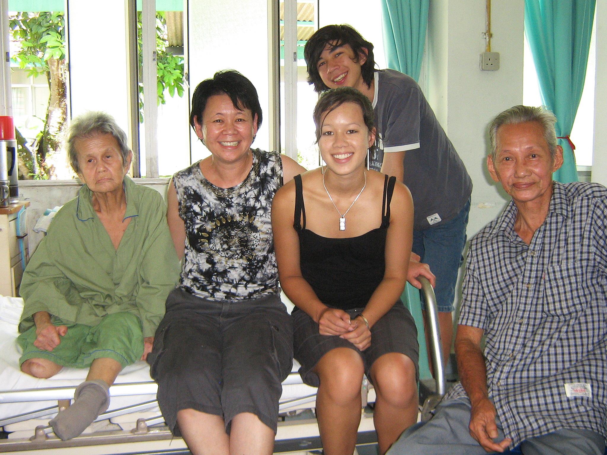 一个自小被外国人领养的麻疯病人后代与亲生父母在病楼重逢。(  照片由朱莉皮尔斯  提供)
