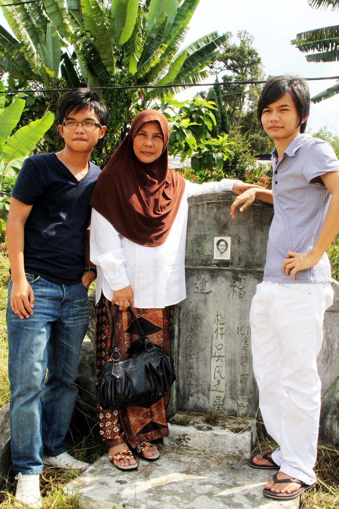 一名由马来人家庭领养的麻疯病人后代回到希望之谷寻根,却只找到生母的坟墓。(陈彦妮 摄)