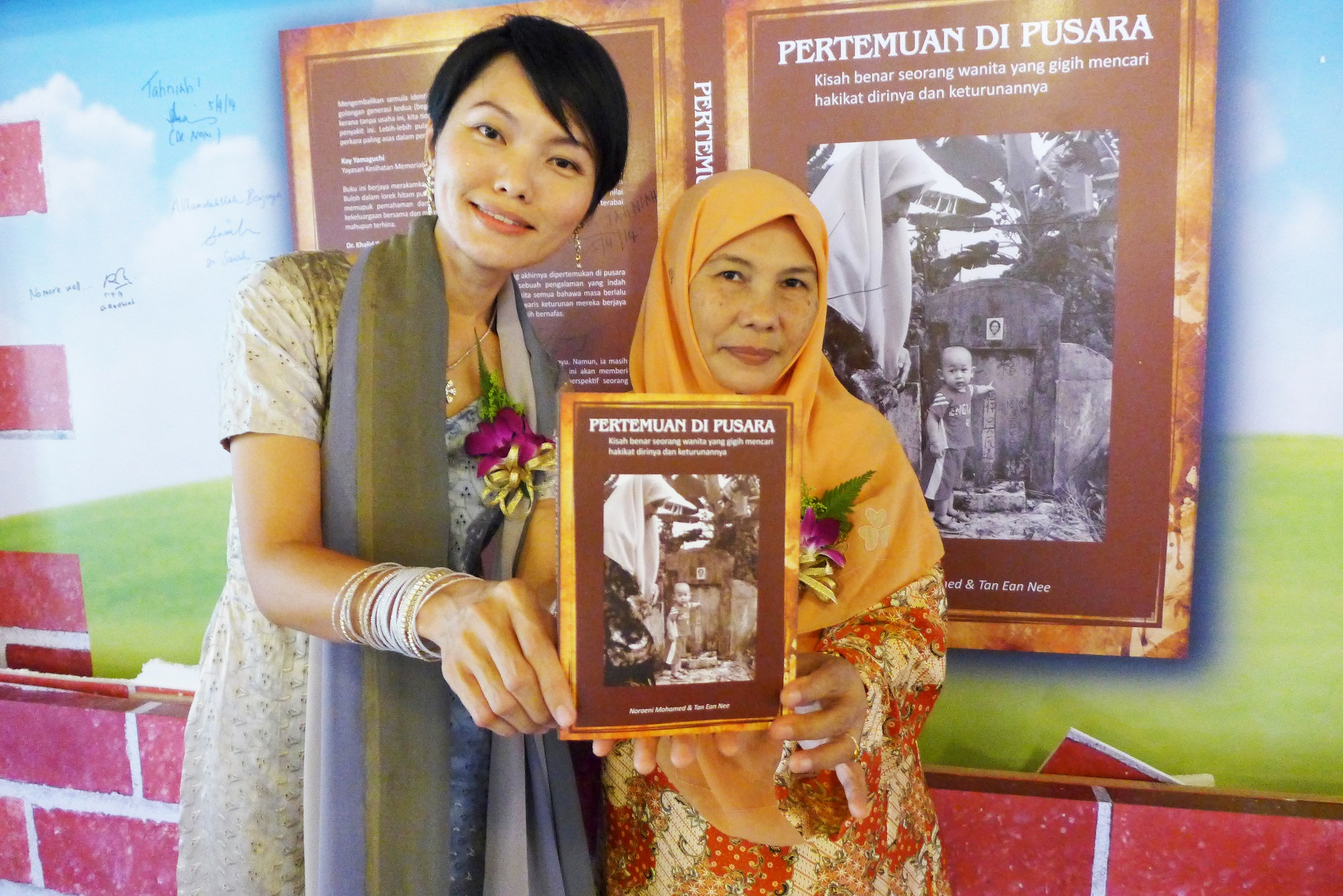 诺莱尼和陈彦妮合著《相遇于坟场》一书。(  林丽珊     摄)