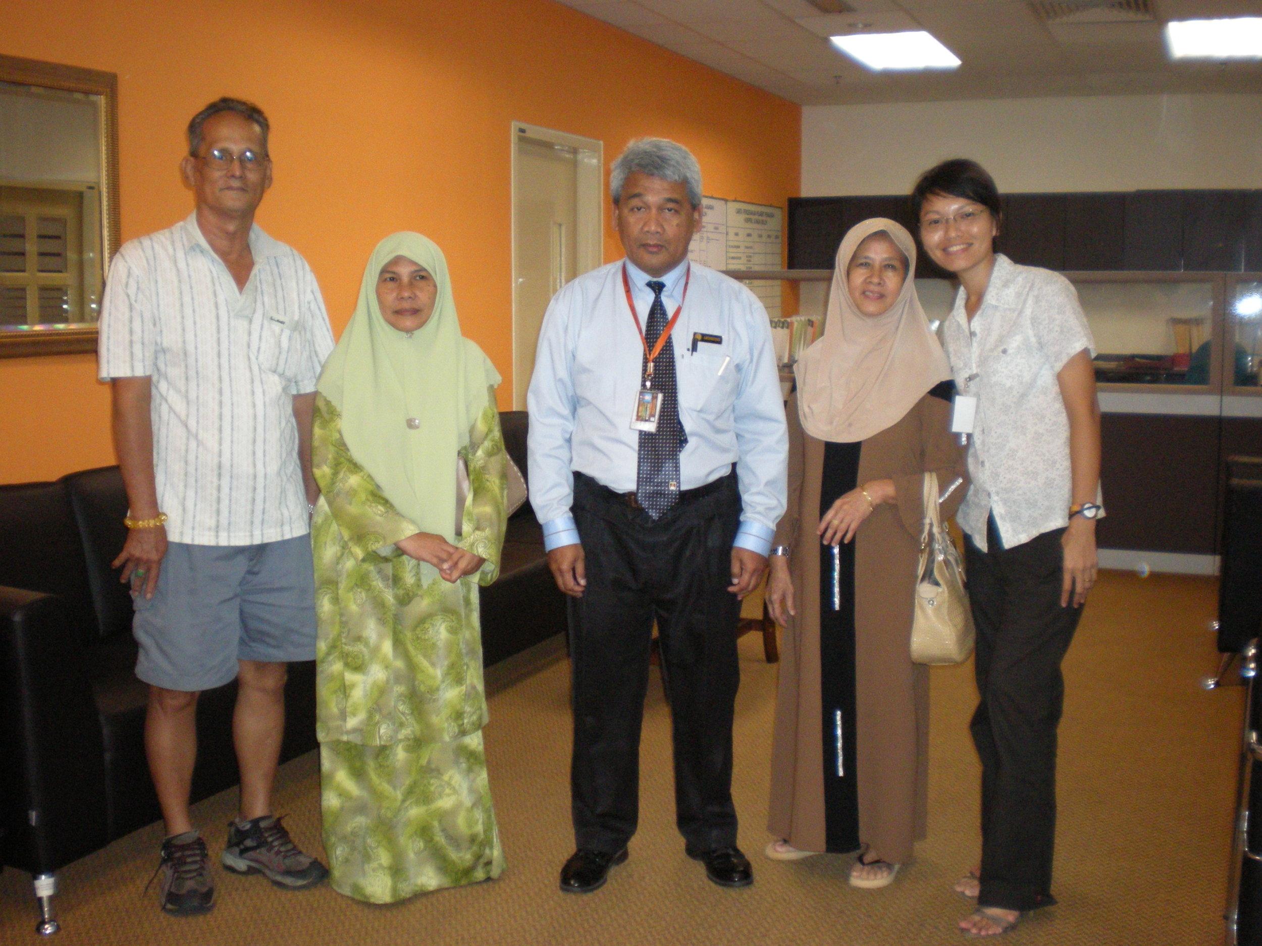 双溪毛糯医院副总监阿敏医生协助麻疯病人后代找回他们的的报生纸。(林美金 摄)
