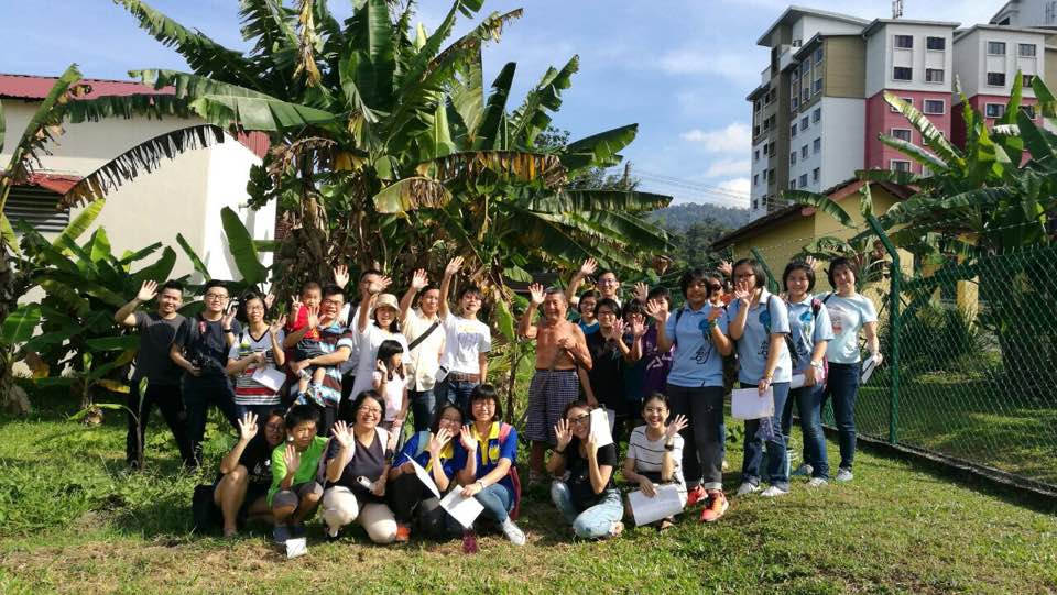 The participants of the heritage tour can leisurely enjoy the settlement's natural landscape and appreciate the stories of the residents. (photo by Stanley Woo)