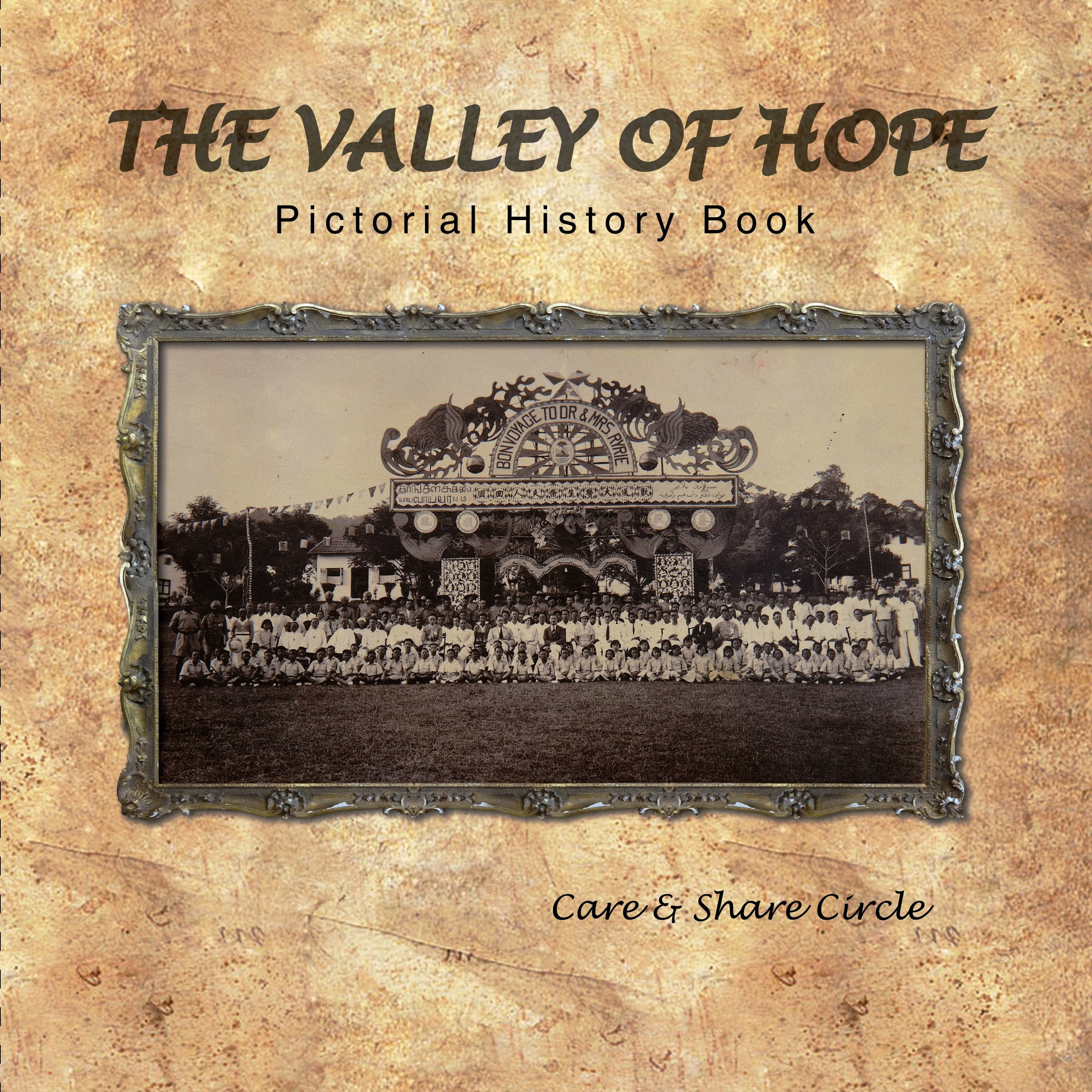 英文版的  《希望之谷历史图录》是由     Care & Share Circle  于  2015  年出版。(陈彦妮 摄)