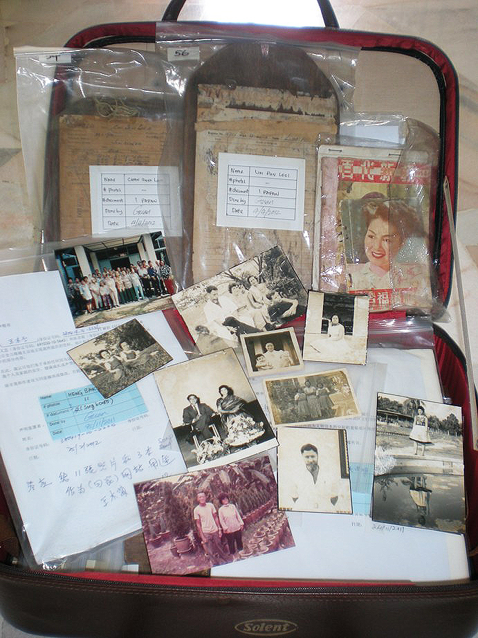 院民捐献给故事馆的旧照片与文物。(林美金 摄)