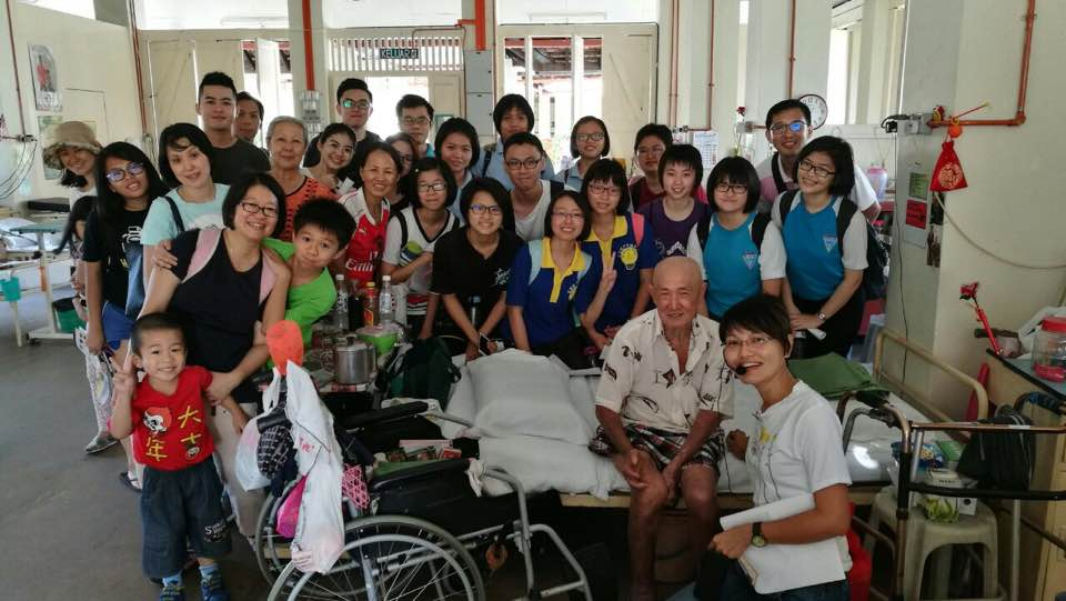 Visiting the patients at the ward during the heritage tour. (photo by Stanley Woo)