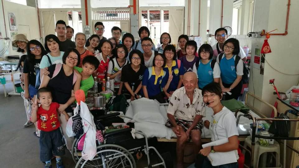 古迹导览团参与者探访住在病楼的院民。(胡瑞良     摄)