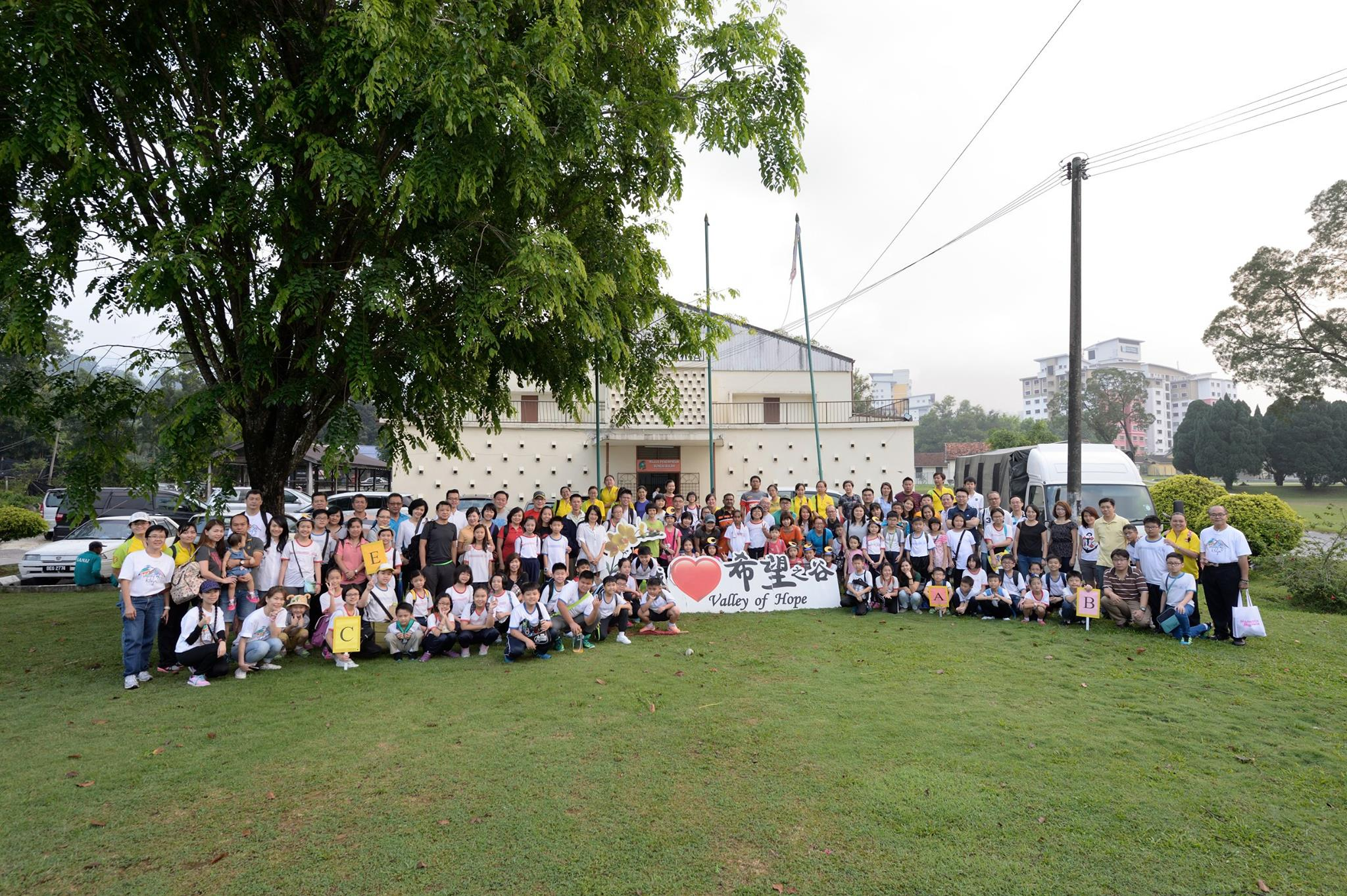 Group photo of the students and their teachers after the heritage tour. (photo by Stanley Woo)