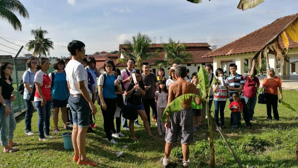 古迹导览团参与者向院民了解他们在院区的生活。(胡瑞良     摄)