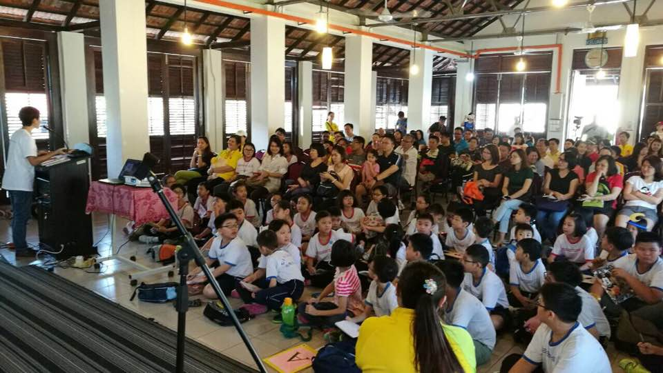 Sharing with the public about the history of the settlement. (photo by Lim Mei Kim)