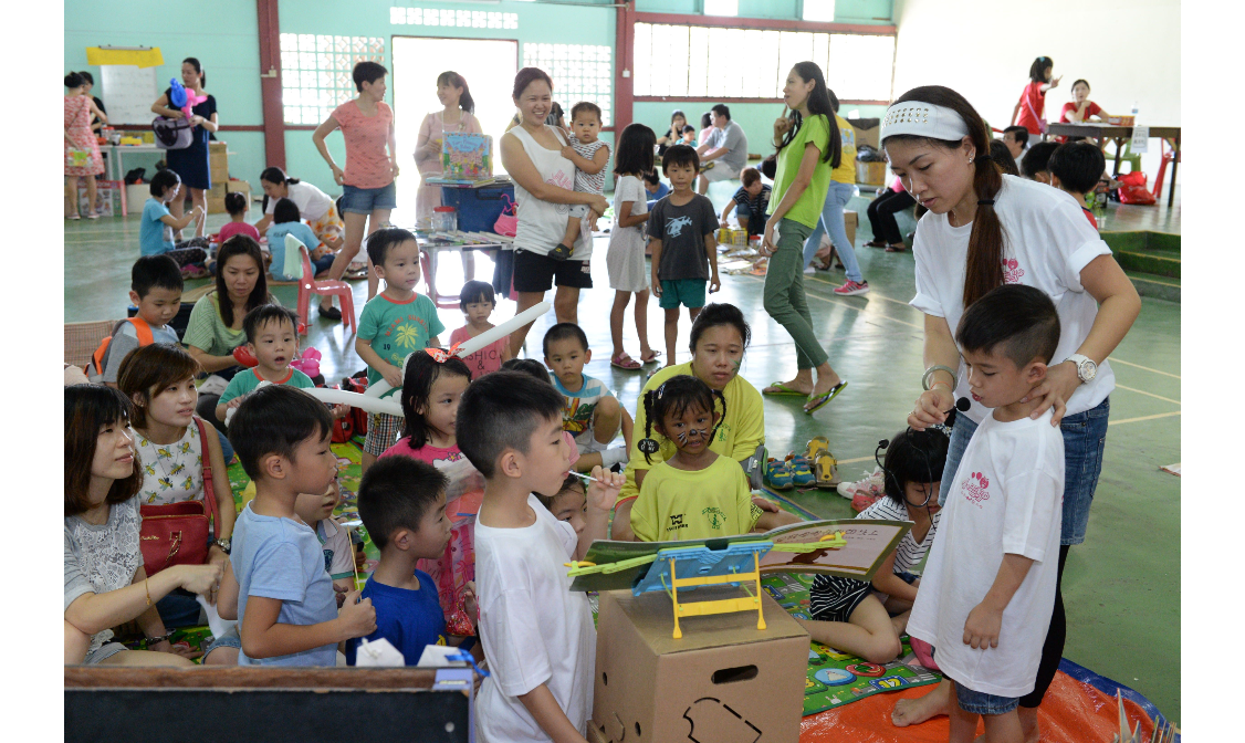 Story-telling to the children. (photo by Stanley Woo)