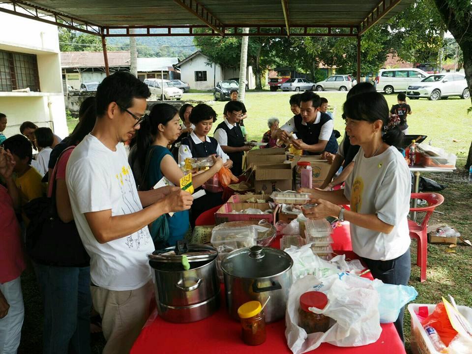 吉隆坡小居士慈善协会举办义卖会,以筹募故事馆经费。(照片由吉隆坡小居士慈善协会提供)