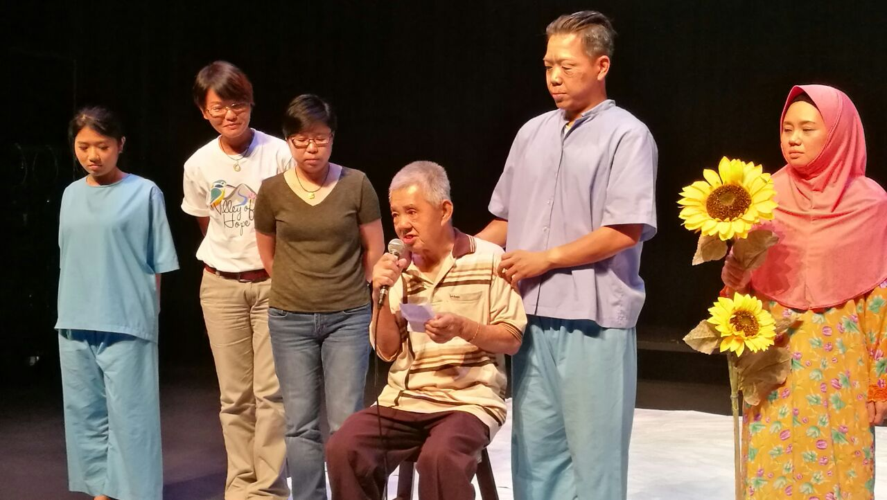 The residents' representative expressing his gratitude to the supporters of the show. (photo by Lim Mei Kim)