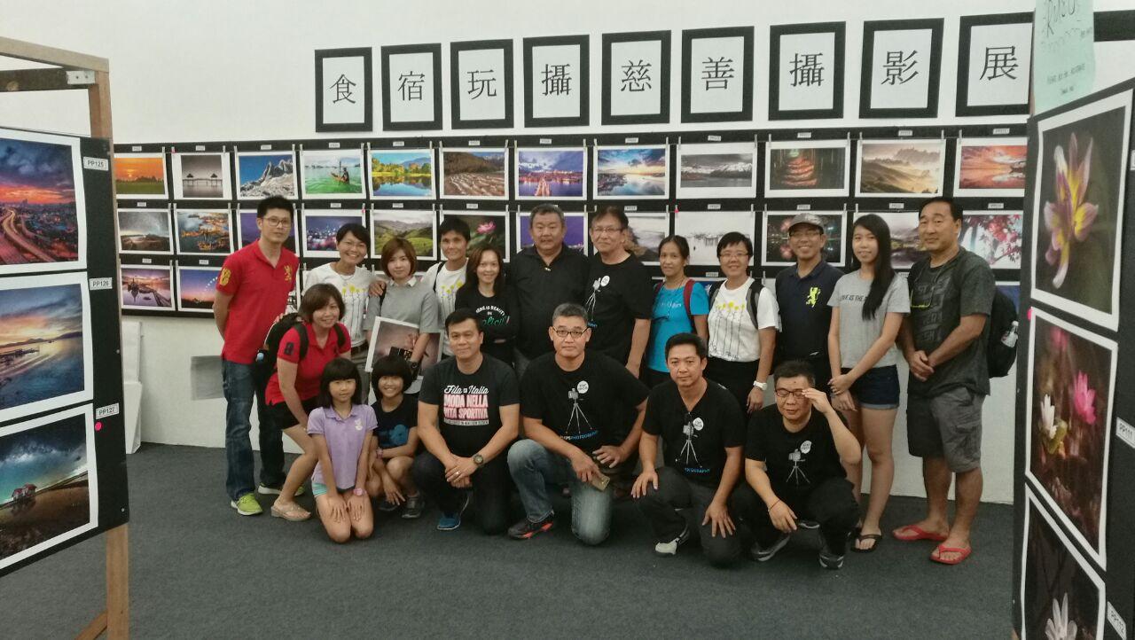 """一群来自  """"  食宿玩摄  """"  的摄影爱好者举办摄影展,  协  助故事馆筹募经费。(照片由食宿玩摄提供)"""