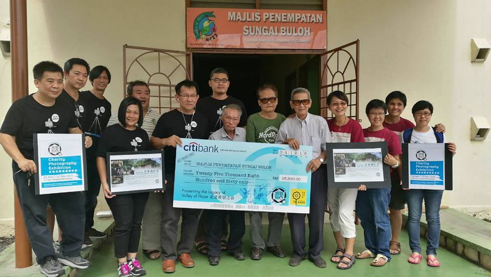 Cheque presentation to the Sungai Buloh Settlement Council by Peep Photography. (photo courtesy of Peep Photography)