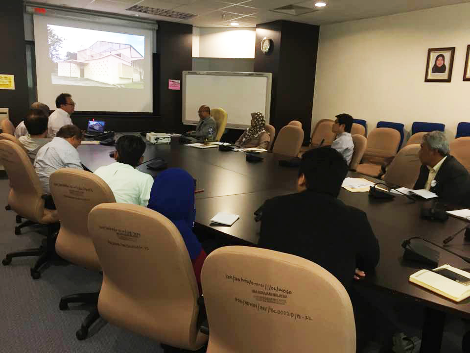 Teoh Chee Keong presenting the design concept to the hospital authorities. (photo by Tan Ean Nee)