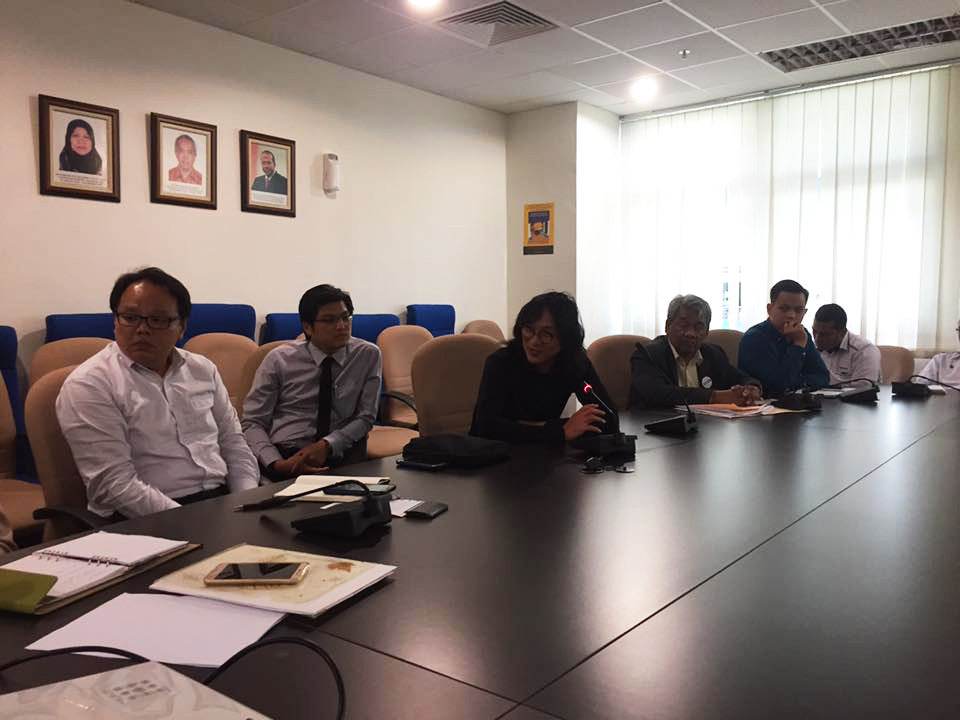 Ng Sek San (sitting in the middle) explaining his landscape design to the hospital authorities. (photo by Tan Ean Nee)