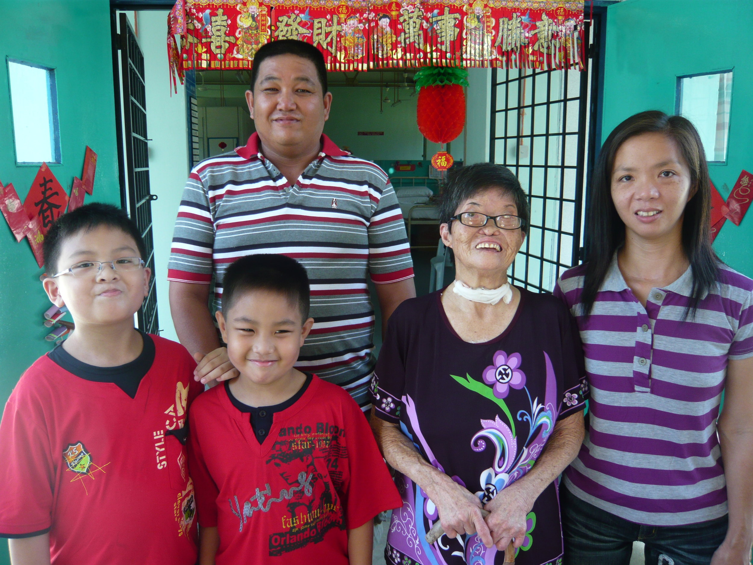 Pak Nang's daughter, son-in-law,and two grandsons visited her during Chinese New Year. (photo by Joshua Wong)