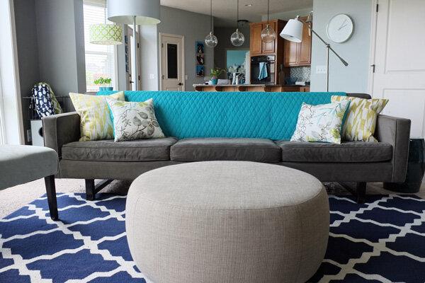 ev-dekorasyonu-gri-oda-mavi-halı