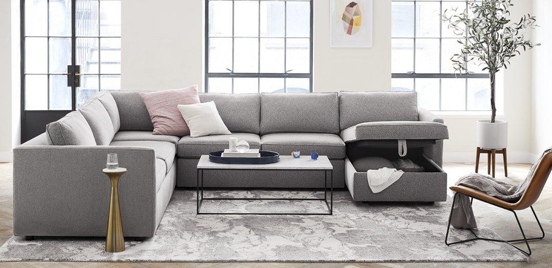 ev-dekorasyonu-gri-koltuk-pudra-pembesi-yastıklar-minimalist