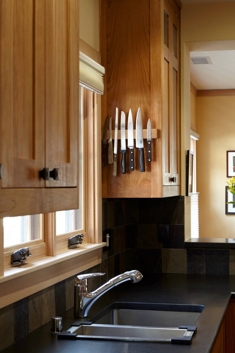 cocuk-dostu-mutfak-dekorasyonu-miknatisli-bicak-rafi