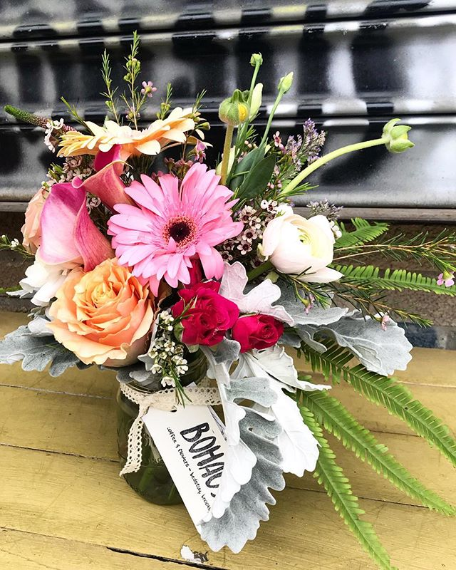 #happyfriday !🍃 here's a lil #bunch of #blooms just #keepingitreal 🍃 stop in and say *hi*...we're open til 5!