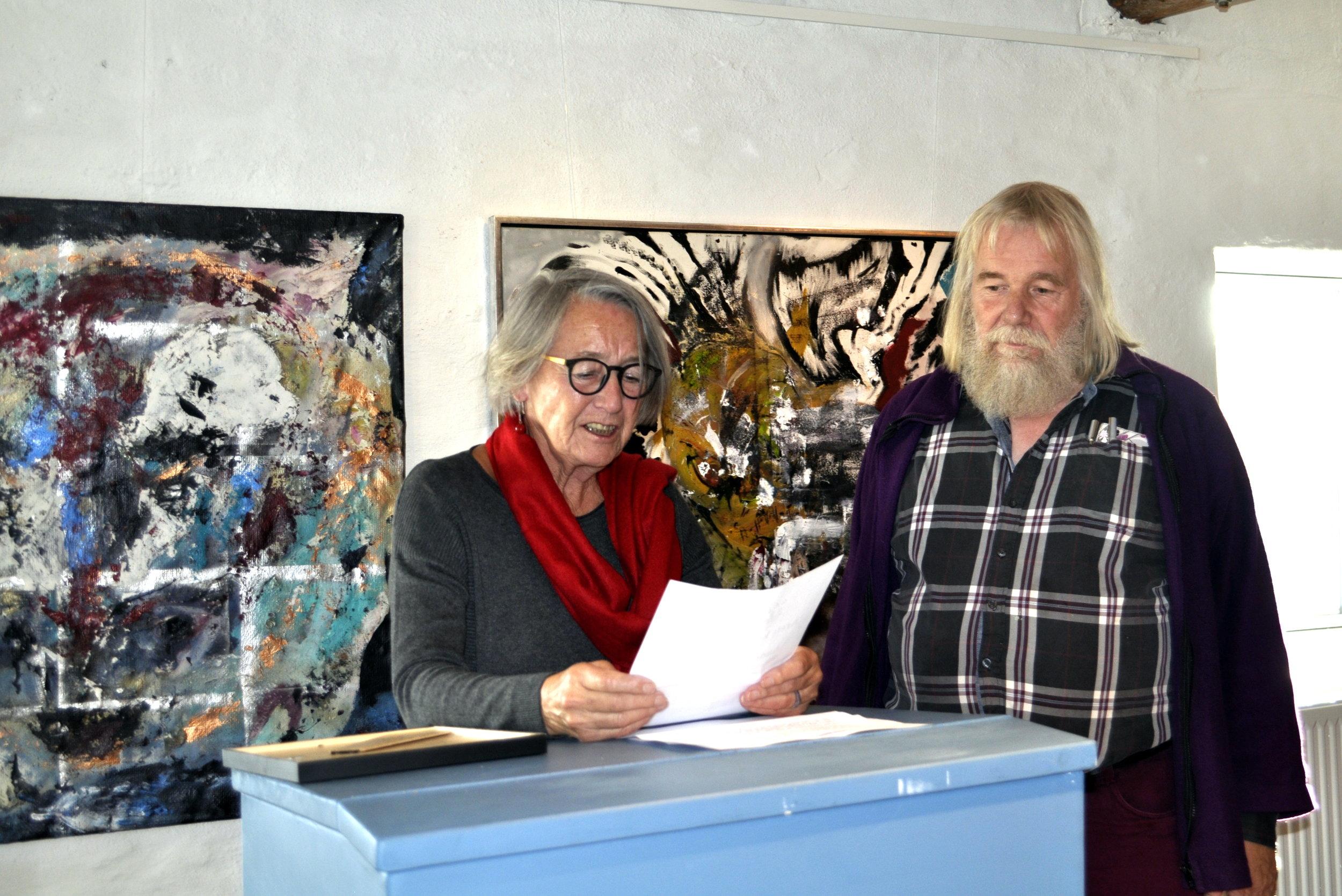 Formand, Grete Johanssen overrækker årets kunstner, Andreas Rosmon, et diplom 2017.
