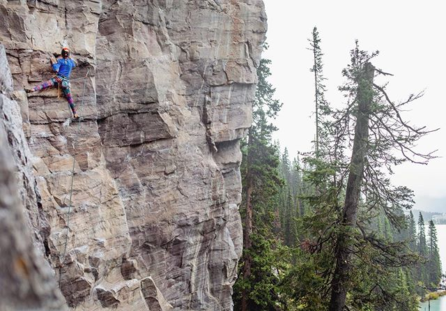 The past few weeks have consisted of muddy mountain biking and wet rock climbing. Luckily this country has a lot to offer in the rainy months 🇨🇦 Quebec crusher Vera sending between the rain at Lake Louise. . . . . . #climbing #rockclimbing #rainysends #limestone #banff #mybanff #explorealberta #travelalberta