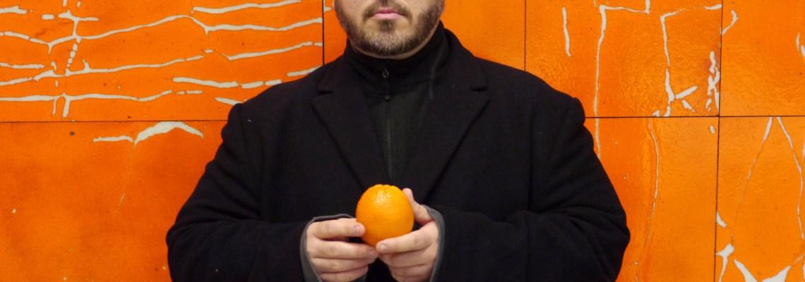 Steve Giasson. Performance invisible No. 92 (Épeler à l'envers les prénom et nom de Filippo Tommaso Marinetti, en mangeant une orange), 2016. Mario Merola, Horizons, 1971. Crédit:: Retis