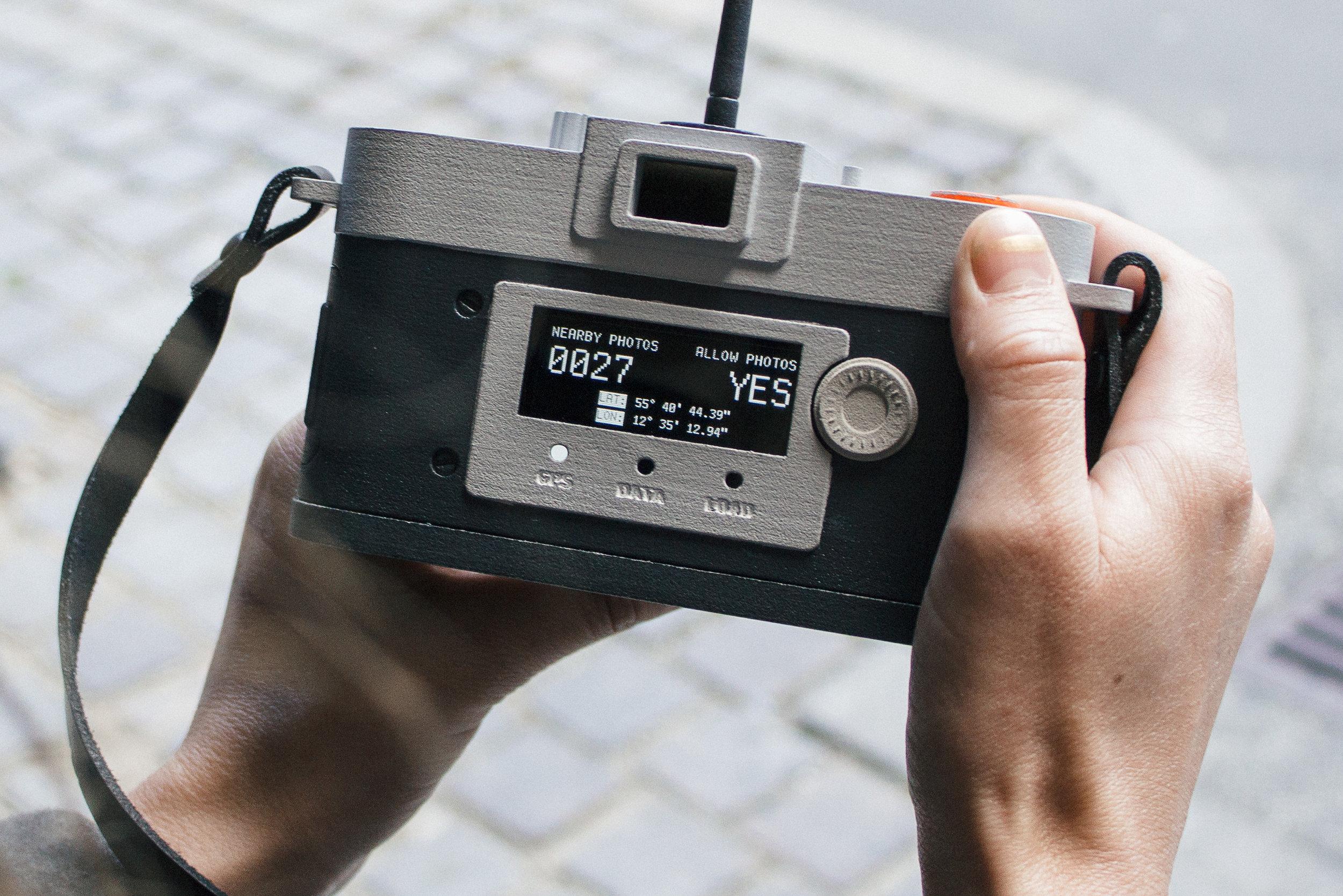 Philipp Schmitt,Camera Restricta - Yes (2015), Vue de l'arrière de la Camera Restricta acceptant de prendre une photo