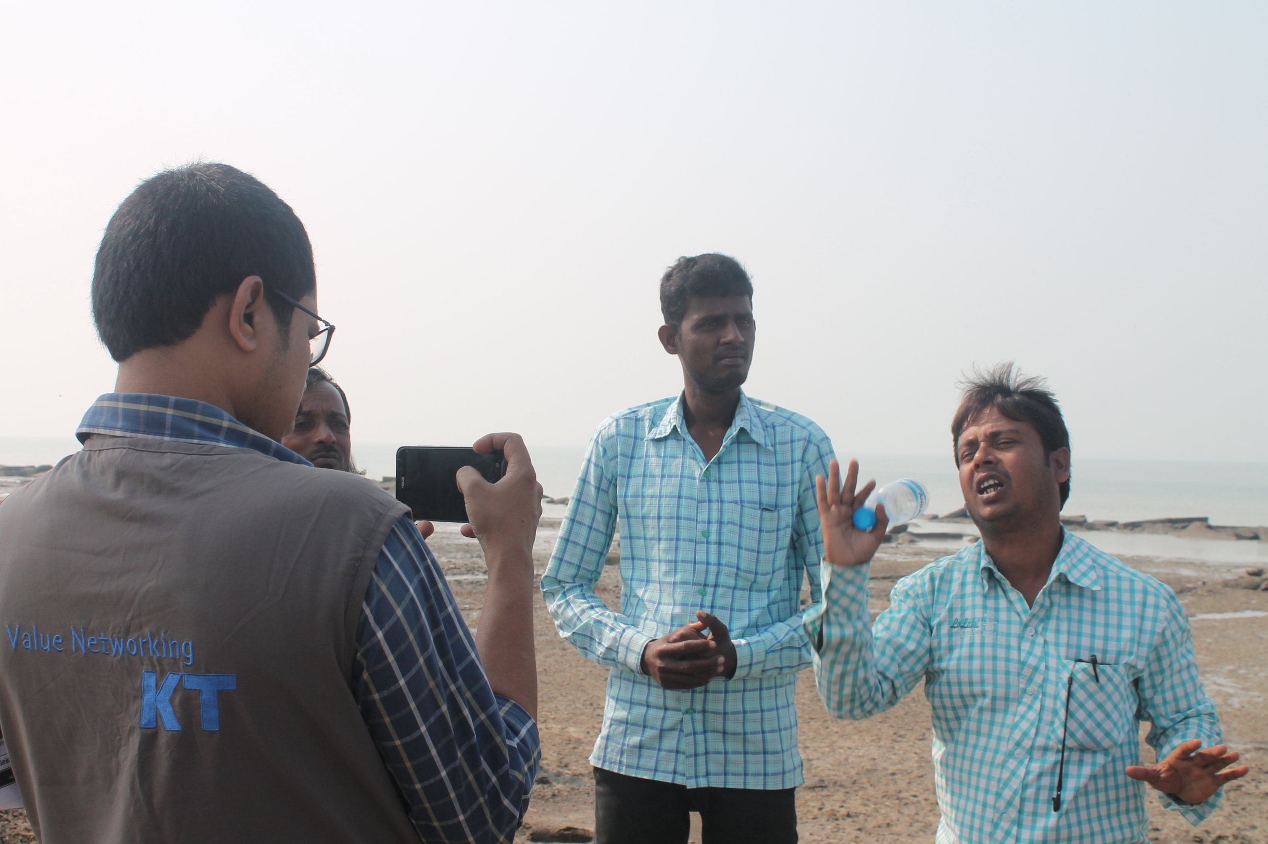 Reporting by local journalists is crucial for creating greater awareness of climate change impacts. (Photo: © Internews)