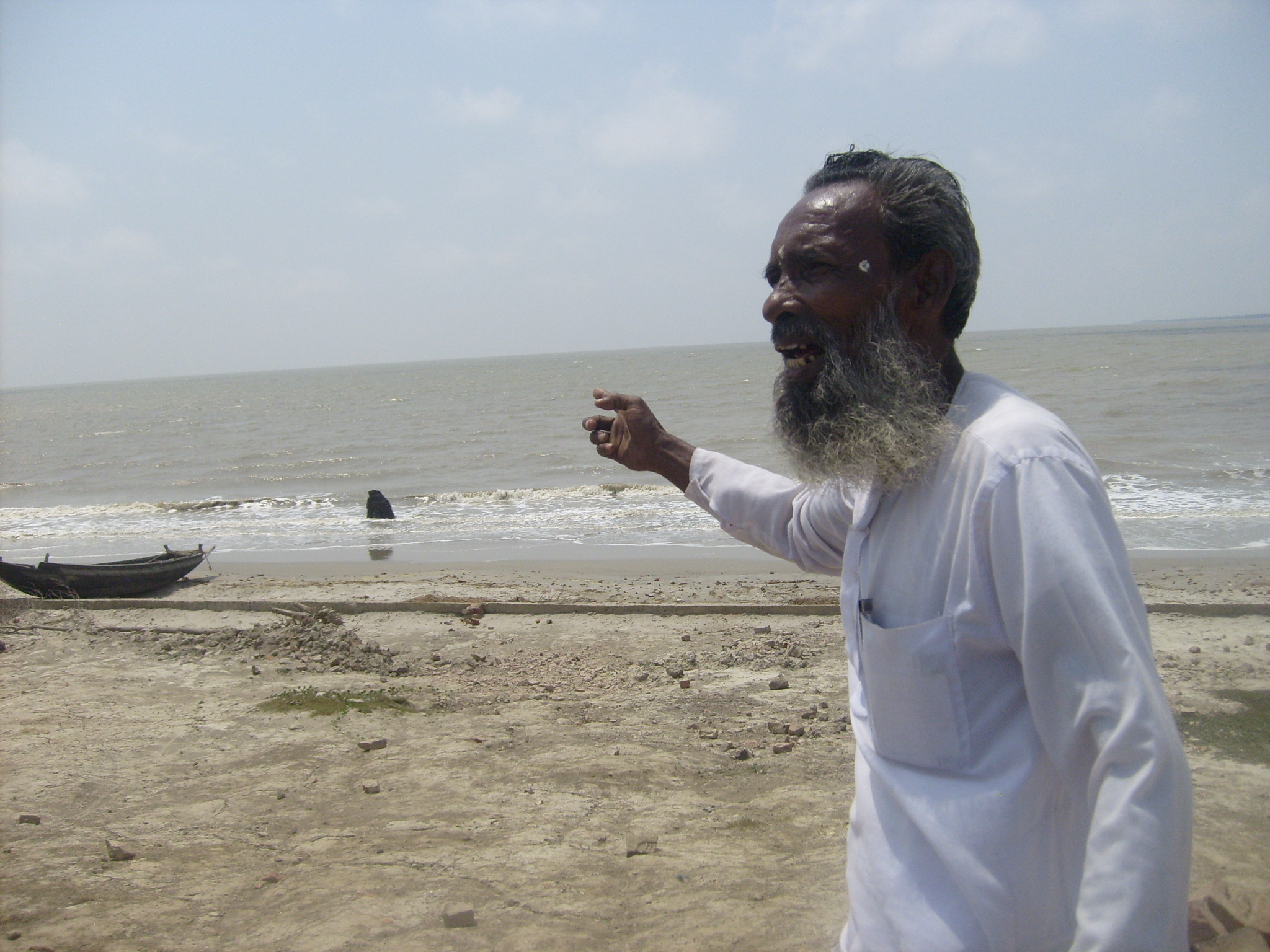When locals are able to contribute to the narrative and tell their own stories, climate journalism is more accurate and equitable. Here a Bangladeshi man points at where his house used to be before the rising seawater washed it away. (Photo: © Internews)