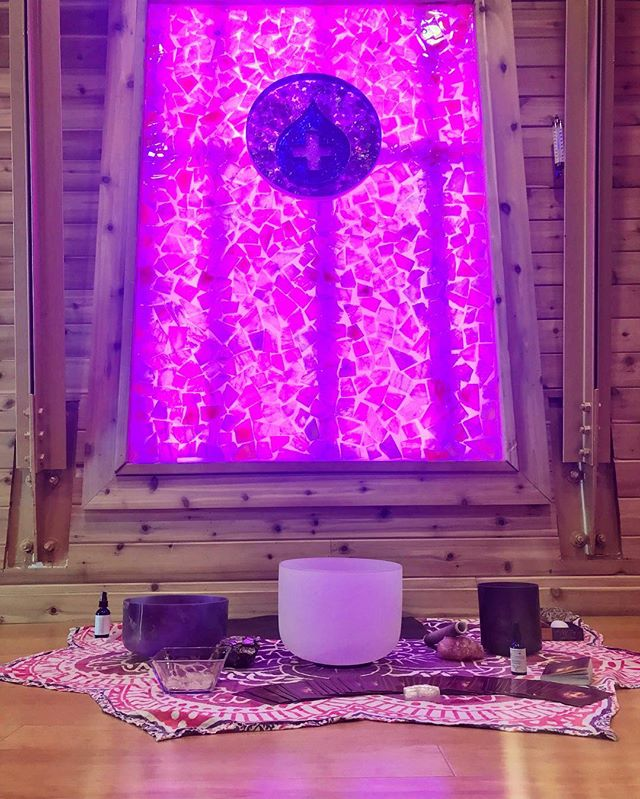 Crystal, Reiki, Sound & Chakra Meditation class @sweatheory 💕 Saturday at 6:30 pm & Sunday at 5 pm 💕Expand your mind and clear the energy fields of all that no longer serves you beneath the radiance of medical grade chakra healing lights and a Himalayan salt crystal wall 💫 Call the shop, sign up online or DM me to reserve your space! 💖