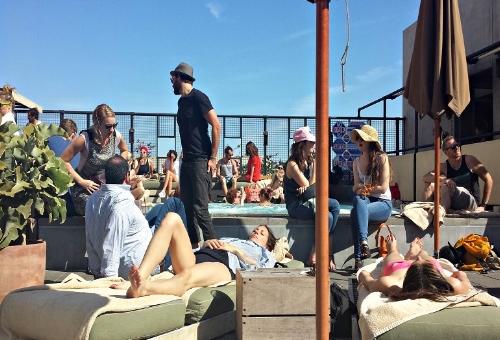 Draußen gibt's nur Kännchen: sanft beduseltes Bar-Volk am Pool