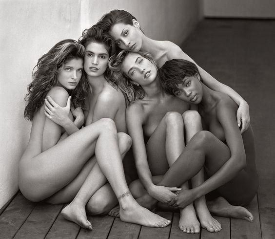 Überragte sogar einen Haufen Supermodels: Christy Turlington (ganz hinten) auf dem kuscheligsten Fashion-Shoot der Neunziger Jahre. Mit Stephanie Seymour, Cindy Crawford, Tatjana Patitz und Naomi Campbell