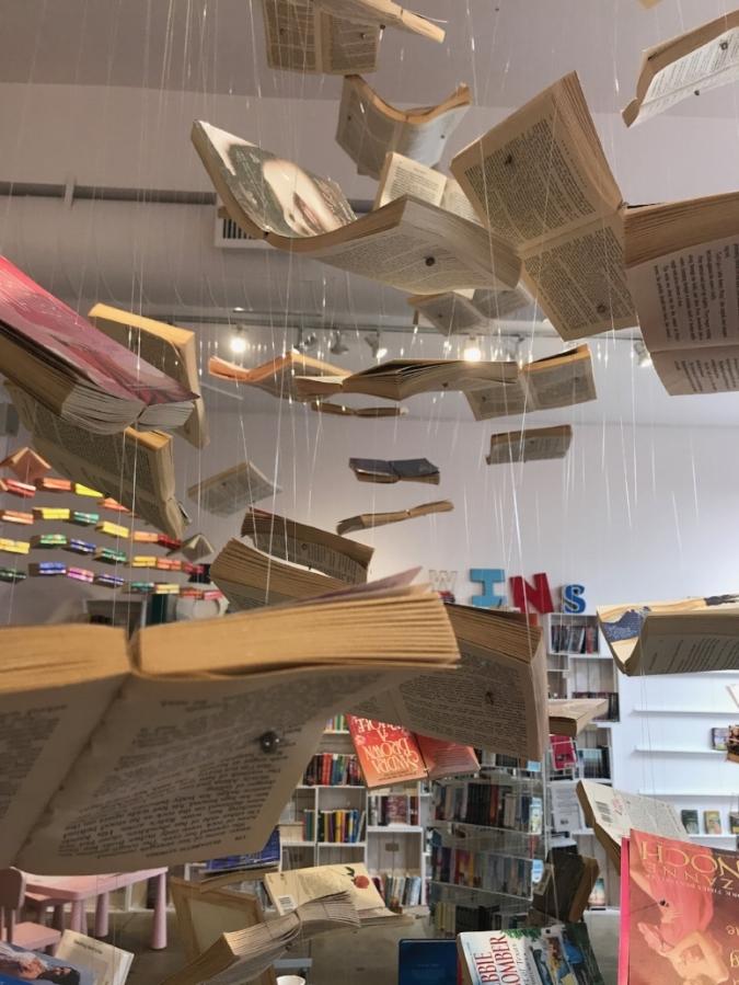 """Nur Fliegen ist schöner: Leah Koch hat den Verkaufsraum von """"The Ripped Bodice"""" mit literarischen Mobile dekoriert"""