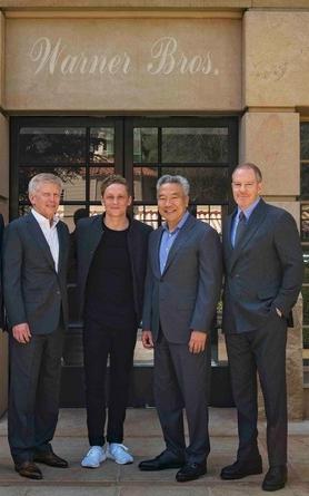 Matthias Schweighöfer im Kreise der Warner-Brothers-Bosse Reg Harpur (links),Kevin Tsujihara und Toby Emmerich (rechts)