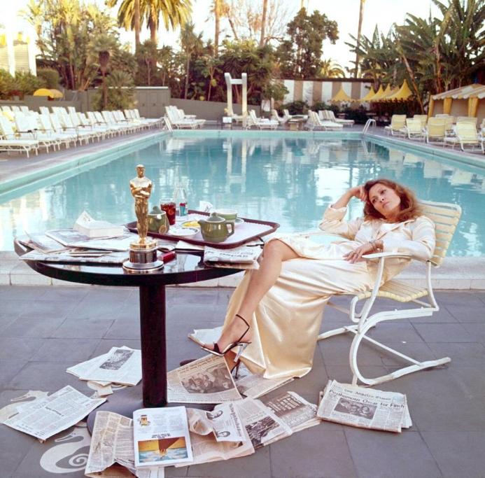 """Berühmter noch als die Polo Lounge ist der Pool des Beverly Hills Hotels – und das ist, aller Instagrammerei zum Trotz,das schönste Bild, das dort je geschossen wurde: Faye Dunaway und ihr Goldmännchen um sechs Uhr morgens nach der Oscar-Nacht. Fotografiert hat den """"Network""""-Star der Brite Terry O'Neill; sechs Jahre später haben die beiden sogar geheiratet. """"The Morning After"""" hängt, klar, schön gerahmt im Hotelflur; der Oscar zog mit Dunaway von dannen"""