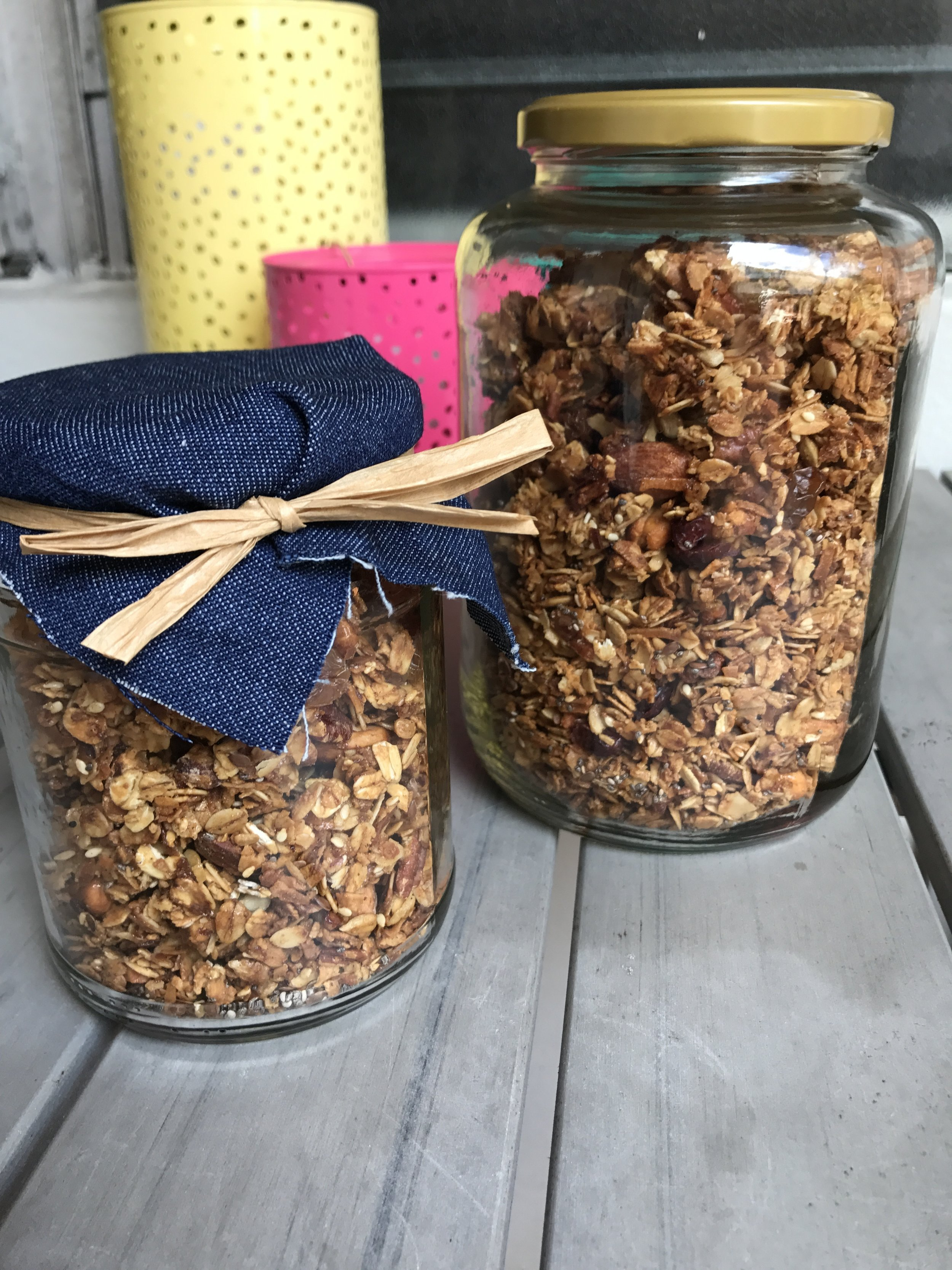 Granola jars are the perfect holiday/birthday gift for a friend, coworker, or teachers.