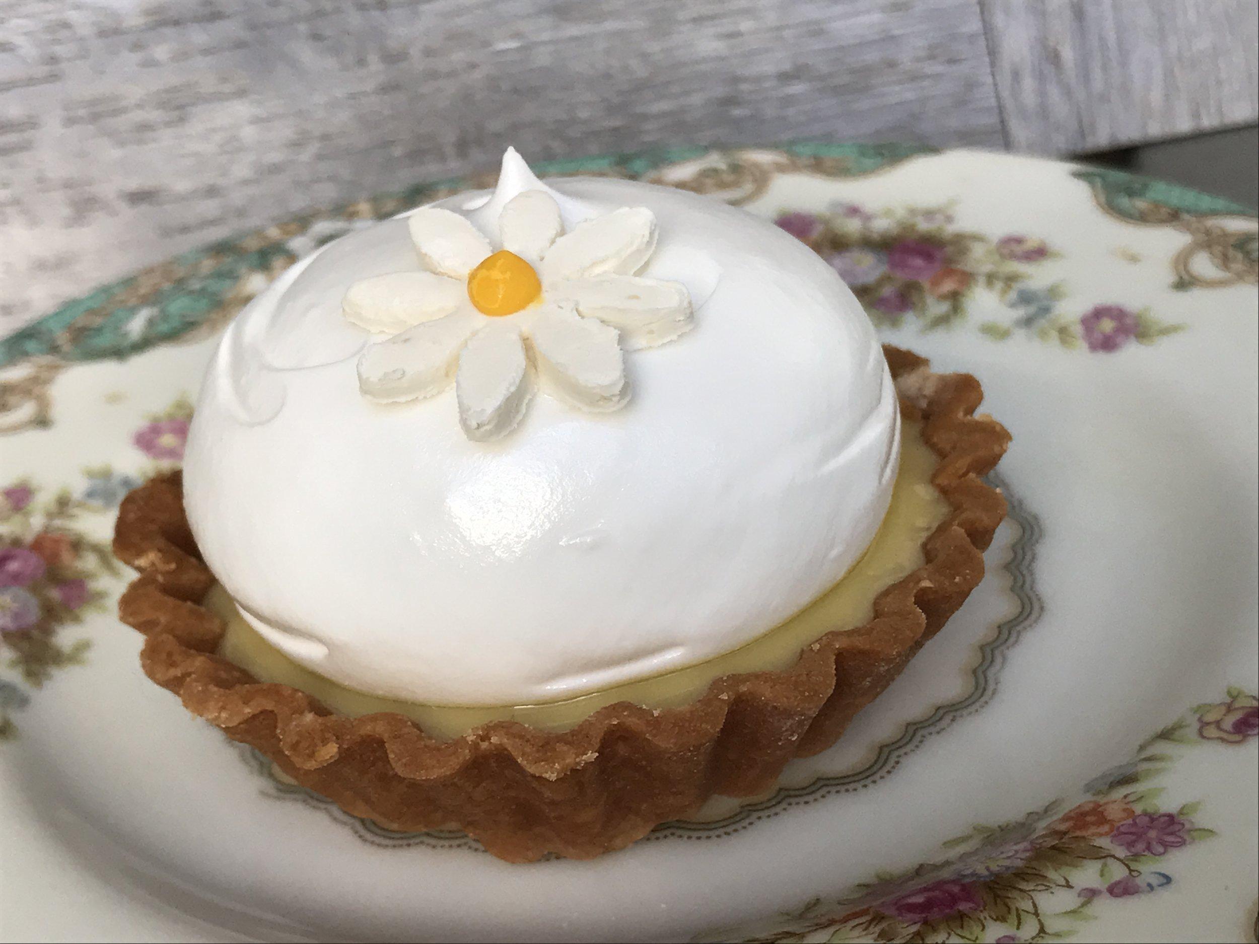Key Lime Pie con merengue y flor de chocolate blanco.
