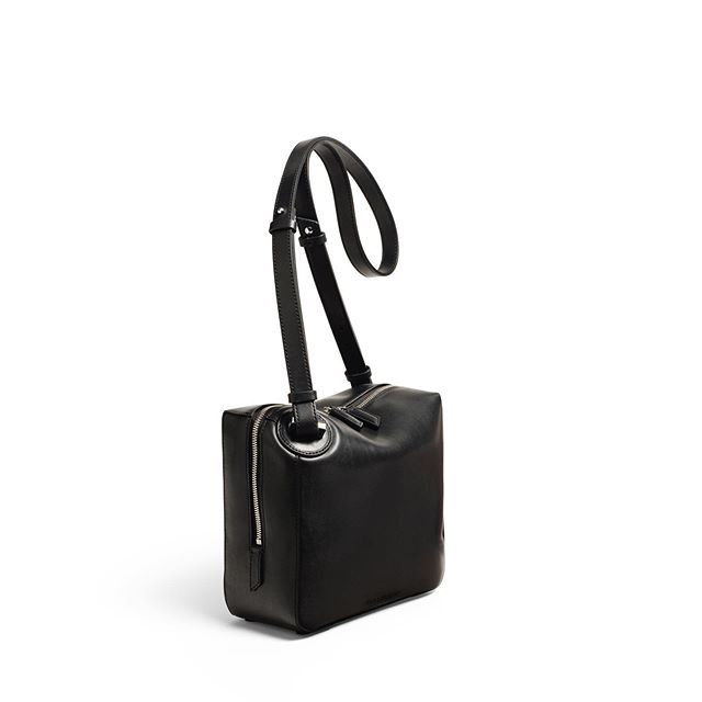 Side view also works . The ONE Medium Crossbody in Black Smooth Leather . #baurain #baurainofficial #barbicanism #unisex #genderless #bags #accessories #one #crossbody #shoulderbag #black #bag #leather #iwant #ineed #bagporn #sidevue