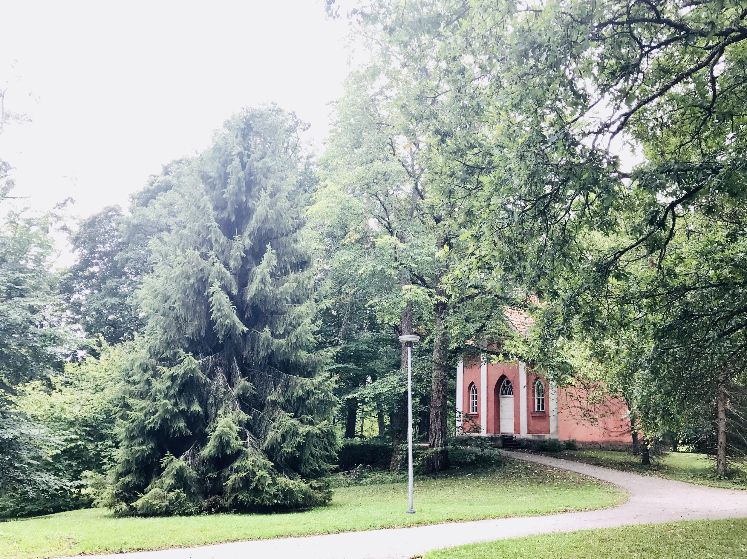 Träskändan Makasiini on alunperin rakennettu viljavarastoksi 1800-luvun alkupuolella. Rakennuksen piirrokset ovat Engelin allekirjoittamat.