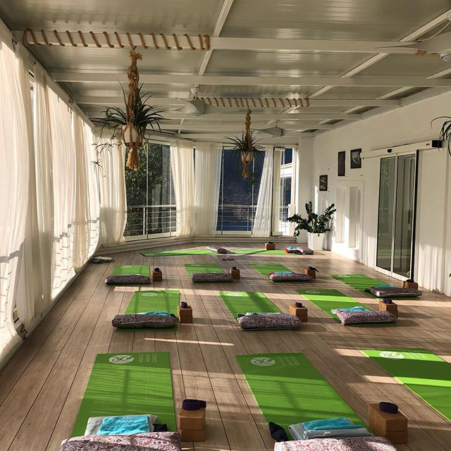 Yoga by the sea! @aegialis_hotel_spa @darlingemily @darlingyogakc #yogaretreat #womensretreat #greece #meditation