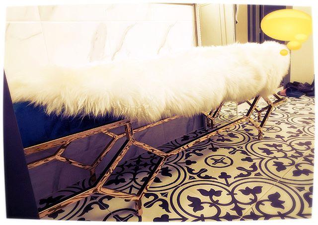 골드 스툴과 카펫~!! #골드테이블 #골드가구 #골드스툴 #골드체어 #골드대리석테이블