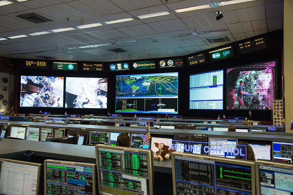 1024px-ISS_Mission_Control_during_a_number_of_dynamic_events_for_Expedition_44.jpg