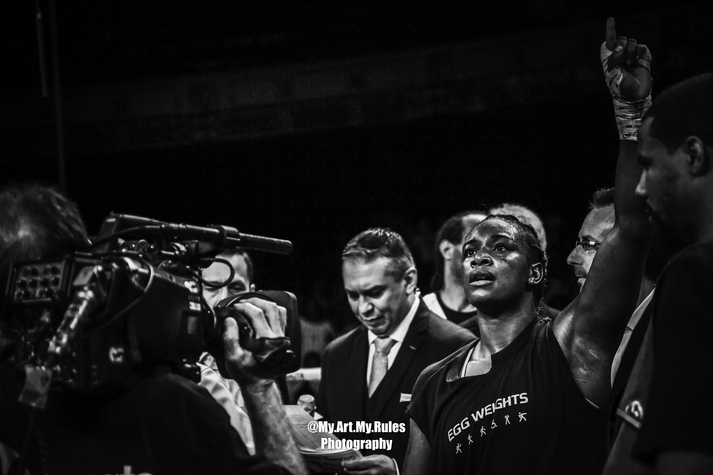Claressa Shields raises her hand to the sky after her unanimous decision win over Hanna Gabriels