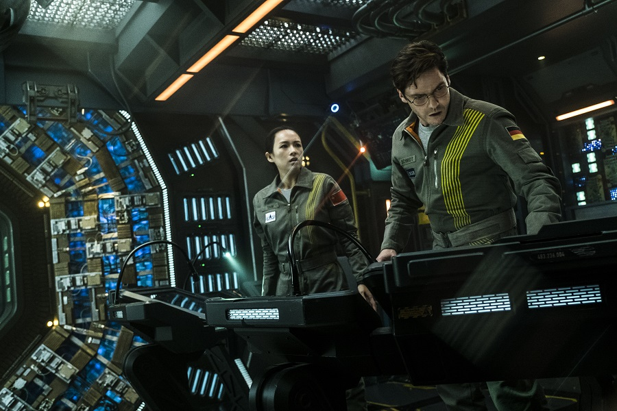 Lost in Space: Zhang Ziyi (Tam) and Daniel Bruhl (Schmidt) in Netflix's  The Cloverfield Paradox