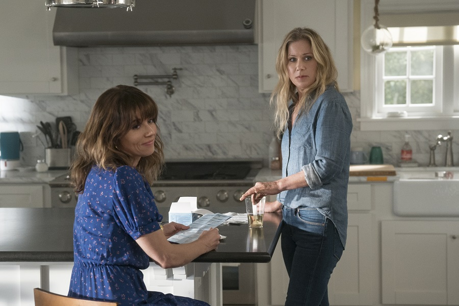Kitchen Confidential: Linda Cardellini (Judy) and Christina Applegate (Jen) in  Dead to Me
