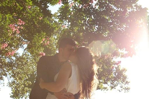 kissing-1149918__340.jpg